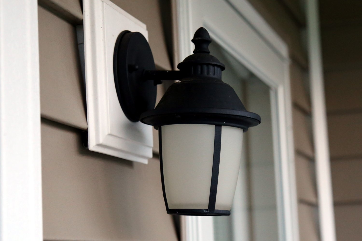 Front house lighting electricians in Crofton
